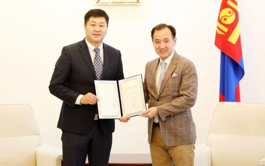 Х.Хатанбаатарт Монгол Улсын Соёлын элчийн гэрчилгээ гардуулжээ